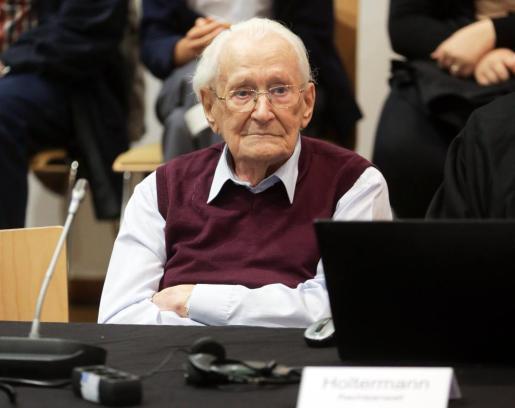 El acusado Oskar Gröening (c), espera la proclamación de su veredicto en el juicio en Luneburgo (Alemania) el 15 de julio de 2015.