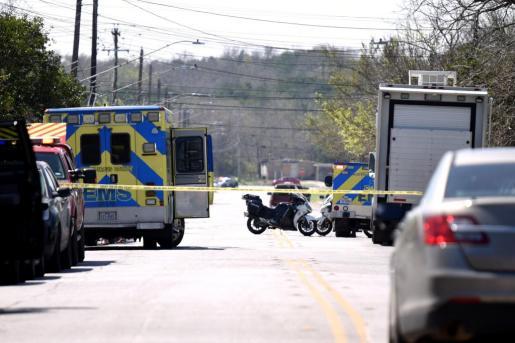 La policía acordonando la calle donde se ha producido una de las explosiones.