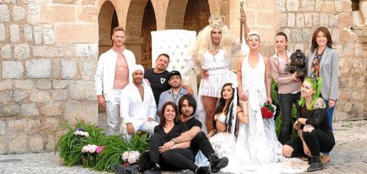 Los cinco modelos que participaron en la sesión fotográfica y los distintos colaboradores.