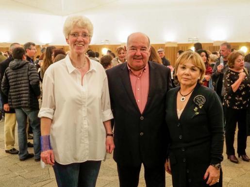 Charlotte Look, Alberto Torres y Mari Carmen Gutiérrez, ayer, en el Palau de Congressos antes del incio del concierto.