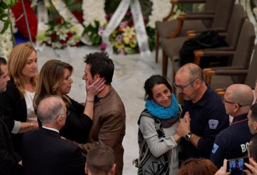 La presidenta andaluza, Susana Diaz (i), da el pésame a los padres del pequeño Gabriel en la capilla ardiente instalada en el Palacio Provincial de la Diputación de Almería.