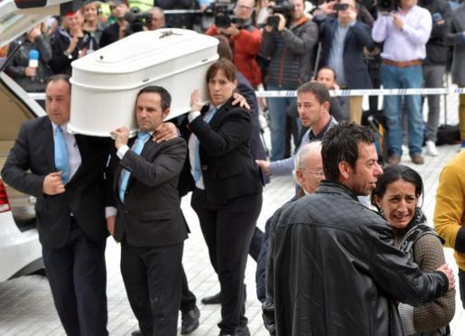 Los padres de Gabriel Cruz(d), acompañan el féretro a la entrada de la Catedral de Almería, donde este martes se celebra el funeral por el pequeño de 8 años que murió estrangulado el mismo día de su desaparición.