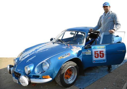 Francesc Manresa junto a su vehículo.
