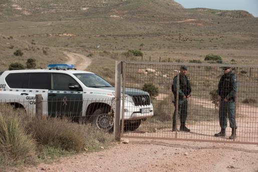 La Guardia Civil custodia la finca de Rodalquilar, en Níjar, en la que se está inspeccionando el pozo en el que supuestamente Ana Julia Quezada ocultó el cuerpo de Gabriel.