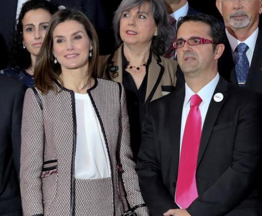 La Reina Letizia, acompañada de Juan Carrión Tudela (d), presidente de FEDER, a su llegada al acto oficial del Día Mundial de las Enfermedades Raras.