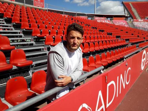 Miguel Núñez, futbolista del Mallorca, posa para este periódico en la grada Lluís Sitjar del estadio de Son Moix.