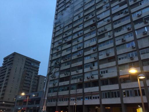 Imagen de la fachada del gran edificio afectado por las llamas en la capital española.