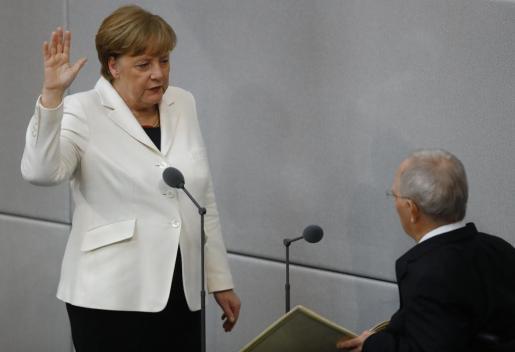 El presidente alemán nombra formalmente a Merkel canciller.
