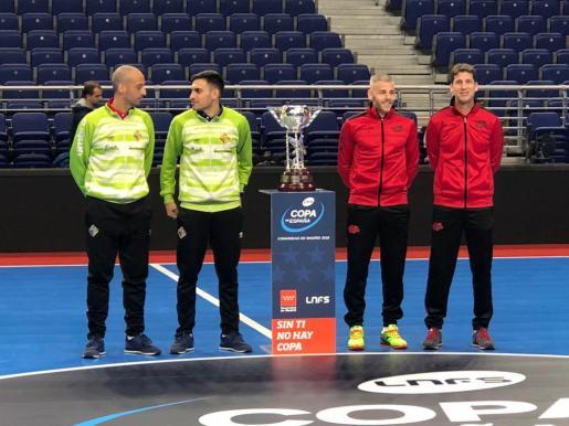 Los entrenadores y capitanes posan con la Copa.