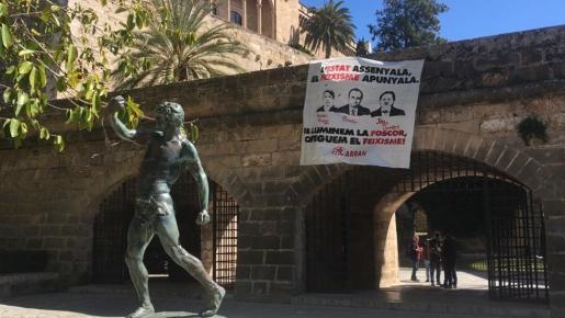 Arran cuelga una pancarta en Palma en la que califica a Pericay, Bauzà y Campos de «fascistas».