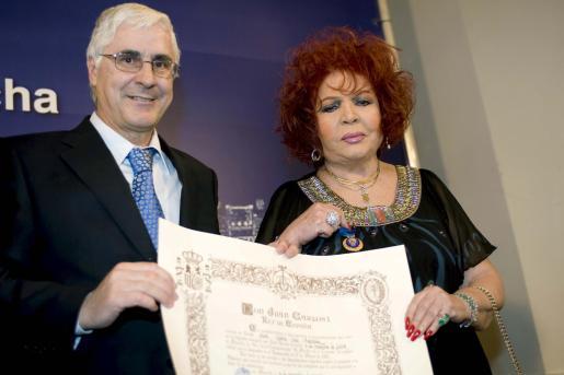 La actriz y cantante manchega Sara Montiel recibe de manos del presidente regional, José María Barreda.