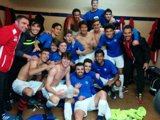 Los jugadores y el cuerpo técnico celebrando el ascenso.