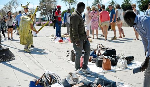 Las zonas de mayor presencia de turistas son los que concentran la venta ambulante ilegal en Palma.