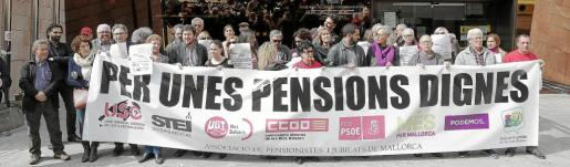 Representantes de los sindicatos, partidos políticos y de los pensionistas se concentraron este miércoles para exigir pensiones dignas y animar a la gente a manifestarse.