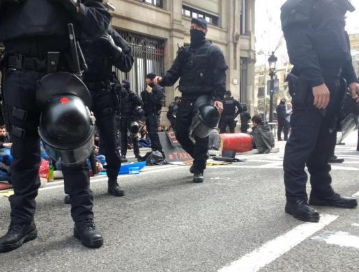 Los estudiantes han cortado con su acción la Via Laietana, hasta que los Mossos los han desalojado.