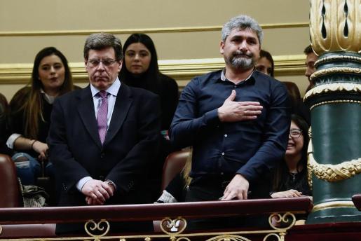 Juan Carlos Quer (i) y Juan José Cortés, padres de Diana Quer y Mari Luz Cortés, asisten al pleno del Congreso que debate las enmiendas de totalidad presentadas por el PP y por Ciudadanos a la proposición de ley que propone derogar la prisión permanente revisable.