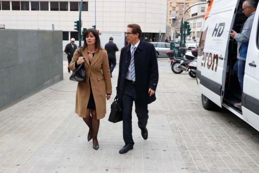 Llegada a los juzgados de Esteban Hernández y Beatriz Gamez, abogados de Ana Julia Quezada, autora confesa de la muerte del niño Gabriel Cruz.