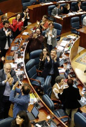 Tras la sorpresa inicial, el resultado de la votación ha sido acogido entre aplausos por los diputados de la formación morada, que no esperaban que saliera adelante su iniciativa ya que al tercer empate ésta hubiera decaído.