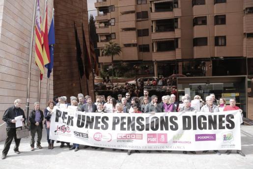 Representantes de los sindicatos, partidos políticos y de los pensionistas se concentraron este miércoles para exigir pensiones dignas y animar a la gente a manifestarse este sábado.