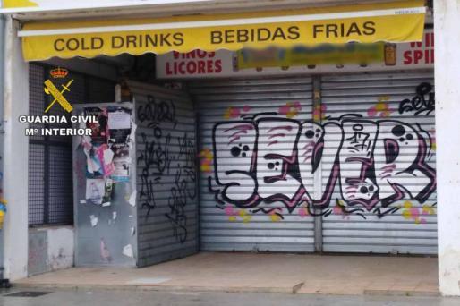Imagen facilitada por la Guardia Civil de las pintadas en el Port de Pollença.