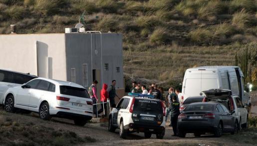 Ana Julia Quezada (de rojo), la autora confesa de la muerte de Gabriel Cruz, el hijo de su pareja, ha vuelto a ser trasladada a la localidad de Rodalquilar, en Níjar (Almería), para una reconstrucción de los hechos dirigida por los agentes que coordinan la investigación de la Guardia Civil.