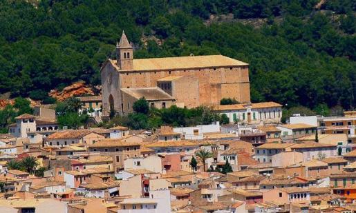 Vista del pueblo de Andratx, con la iglesia de fondo.