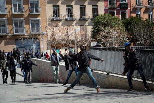 Los senegaleses que se han concentrado este viernes en la Plaza Nelson Mandela del barrio madrileño de Lavapiés han intentado agredir y obligado a refugiarse en un bar al cónsul de su país en Madrid.