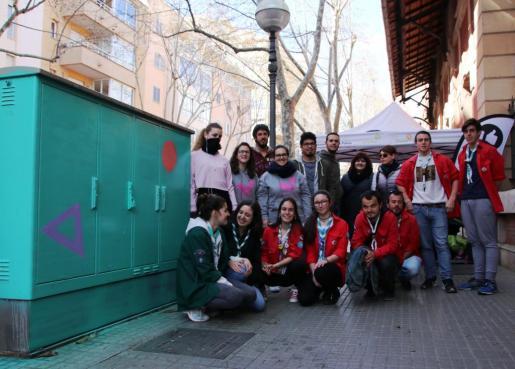 Los artistas Fátima de Juan y Joan Aguiló han contado con la participación del grupo de 'escoltes' de Santa Pagesa, el Grupo Escoltes Reina Constança y Dinamo, y el Servicio de Dinamización de Jóvenes.