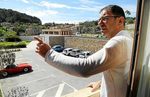 Damià Tugores, señalando el lugar desde donde le apuntan.