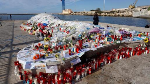 Una ballena varada situada al final de la avenida Federico García Lorca de la ciudad de Almería es un monumento que ahora se ha convertido en un inesperado altar para artículos en homenahe al niño Gabriel Cruz.