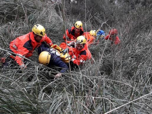 Los Bombers de Mallorca, realizando el rescate de la barranquista.