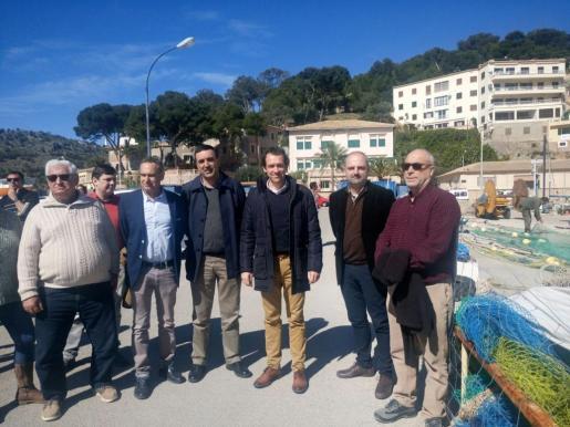 El conseller Marc Pons durante su visita al Port de Sóller.