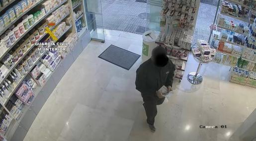 La Giardia Civil en colaboración con la Dirección General de Farmacia de Baleares, comprobaron que hasta la fecha el detenido habría utilizado por diferentes farmacia de Mallorca más de un centenar de recetas falsificadas.