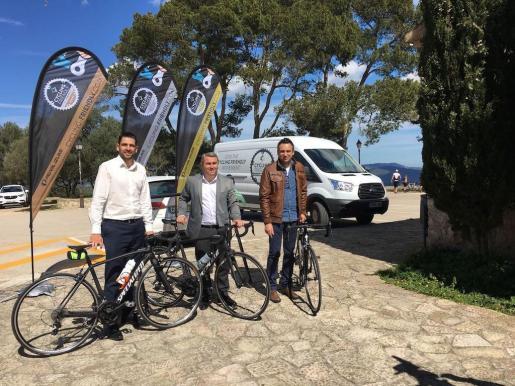 El Alcalde de Inca, Virgilio Moreno, el concejal de Turismo y Comercio, Jaume Tortella y Maties Ximelis, fundador de Cycling Friendly durante la presentación.