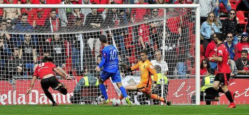 Garmendia remata ante Reina en un lance del partido disputado ante el Formentera.