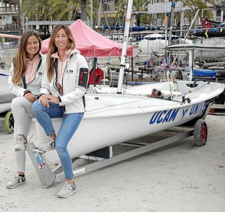 Sofía Toro y Ángela Pumariega posan junto a su embarcación de 470 en s'Arenal.