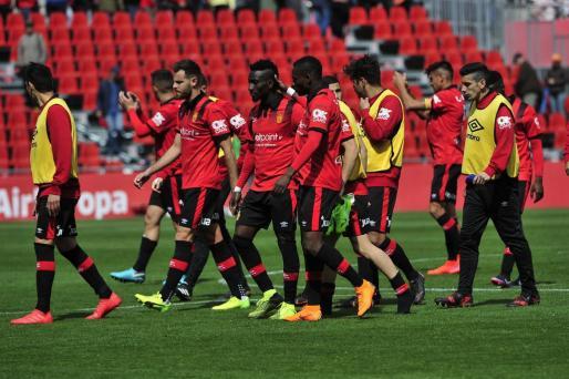 Los jugadores del Mallorca, cabizbajos, tras el empate ante el Formentera.
