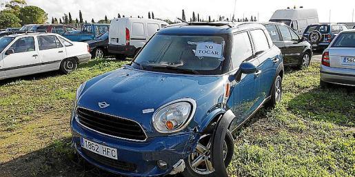 Los coches están estacionados sobre tierra y sin medidas de control en Son Toells. A la derecha, copia de la denuncia interpuesta.