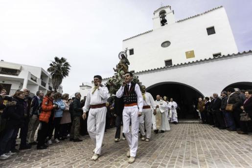 Tras la misa en la iglesia de Sant Josep, los fieles sacaron en procesión por las calles del pueblo la imagen del santo, como es tradicional.