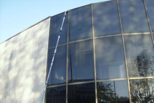 Top Clean puede limpiar cristales de hasta 20 metros de altura sin utilizar grúas o andamios.