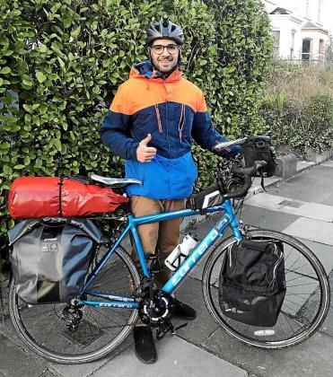 Antoni Colom Llompart preparándose para el largo viaje en bicicleta.