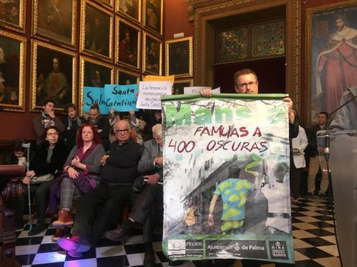 Imagen de las diferentes reivindicaciones en el pleno del ayuntamiento de Palma.