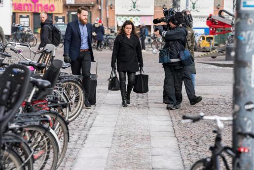 La abogada del inventor danés Peter Madsen, Betina Hald Engmark (c), llega a una sesión de su juicio en Copenhague, Dinamarca.