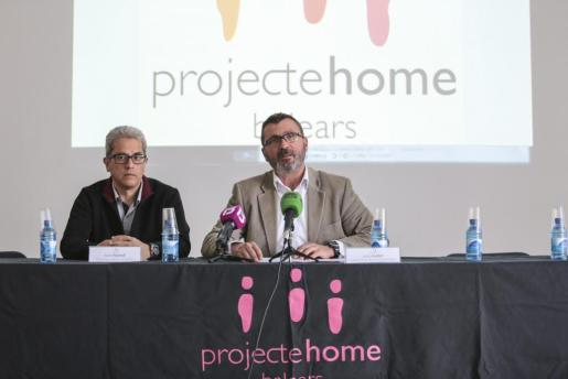 El presidente ejecutivo de Projecte Home Balears, Jesús Mullor, durante la rueda de prensa en la que también ha participado, el responsable de Metodología, Evaluación y Estudios de la entidad, Xavier Bonet.
