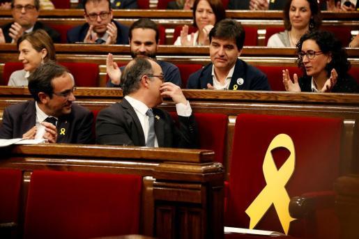 El candidato de Junts per Catalunya Jordi Turull hablando con Sergi Sabrià y Marta Rovira.