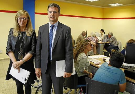 Julia Fernández y el delegado de la AEAT en Balears, Arnau Cañellas. Al margen se puede ver el correo que reciben algunos contribuyentes, que la Agencia dice que son falsos y que solo buscan datos bancarios de contribuyentes.