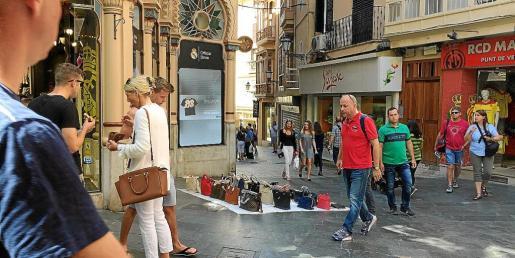 La venta ambulante ilegal es muy frecuente en Palma, especialmente en las zonas turísticas.