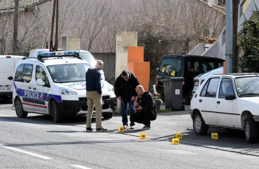 Agentes de la Policía recogen pruebas durante una operación junto a un supermercado en el que está sucediendo una toma de rehenes en Trèbes.