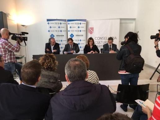 La consellera de Cultura, Participación y Deportes del Govern, Fanny Tur, y el rector de la Universitat de les Illes Balears, Llorenç Huguet, han firmado este viernes convenio por que la universidad cede una parte del edificio Ca n'Oleo a la conselleria durante cinco años.
