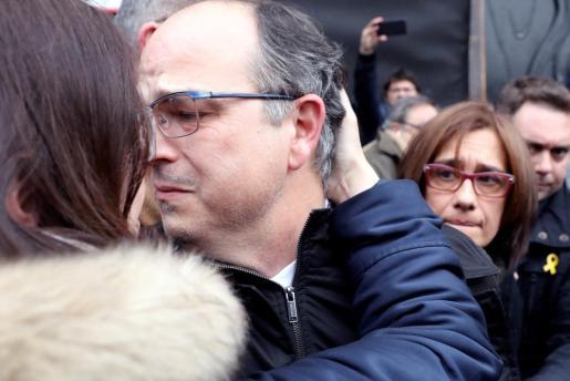 El exconseller Jordi Turull se despide de su mujer a la puerta del Tribunal Supremo, el viernes, tras un receso para comer.